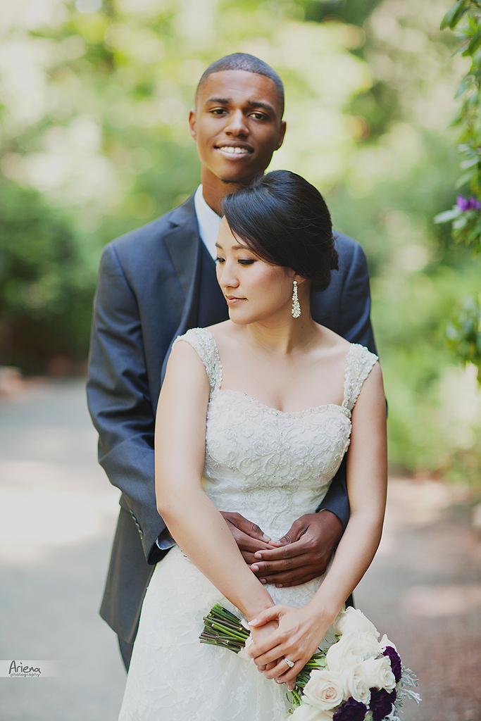 Beautiful sunny wedding day pictures in Bellevue Botanical garden, wedding photo session