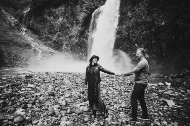 PNW engagement photoshoot on Franklin Falls