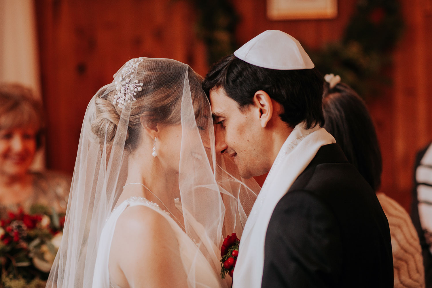 Winter christian and Jewish wedding in Sole Repair Shop in Seattle. Christmas decoration. Capitol Hill intimate wedding