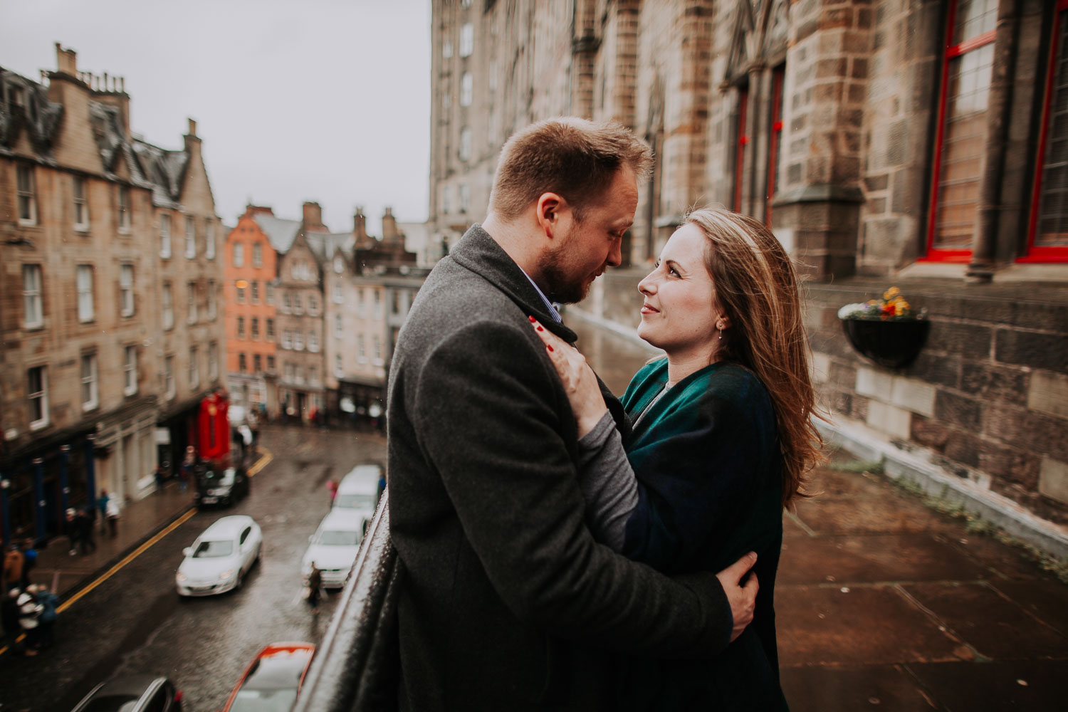 Moody spring engagement session in Old Town of Edinburgh, Scotland. Royal Mile rainy engagement.